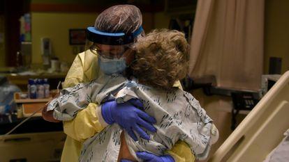 Enfermeira ajuda paciente com covid-19 em um hospital dos EUA, no Kansas, em novembro