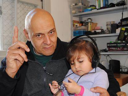 O jornalista Renan Antunes e sua filha Angelina Guadalupe Leona.