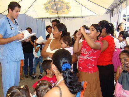 Médico visita mulheres na zona indígena de Talamanca, no sudeste da Costa Rica.
