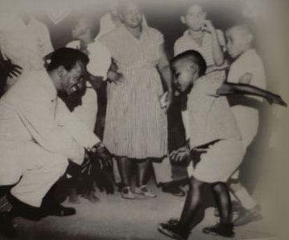 Ismael Silva e uma criança.
