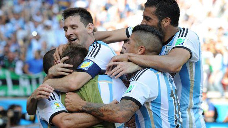 Messi e seus colegas celebram um gol contra o Irã.
