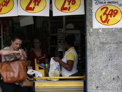 Mulher faz compras no Rio de Janeiro, nesta terça.
