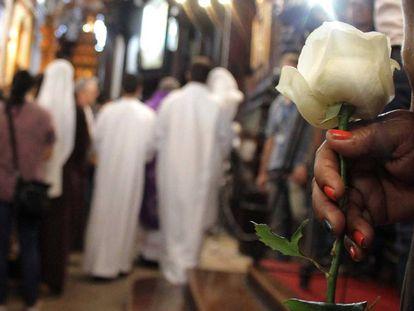 Fiéis assistam à missa em homenagem às vítimas do ataque dentro da Catedral Municipal de Campinas.