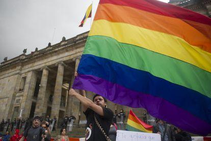 Ativistas favoráveis ao casamento igualitário se manifestam às portas do Congresso em Bogotá, em 2013.