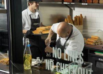 Funcionários na cozinha da Amazon Go.