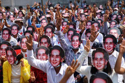 Manifestantes, com máscaras da líder Aung San Suu Kyi, participam de uma passeata contra o golpe militar em Yangón (Myanmar), este domingo.