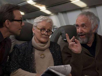 Christian Slater, Glenn Close e Jonathan Pryce, em 'A Esposa'.