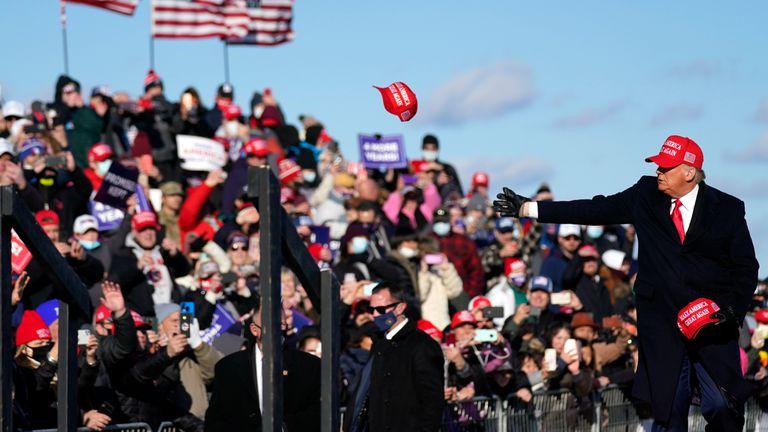 Donald Trump faz comício eleitoral no aeroporto de Scranton, Pensilvania, nesta segunda-feira.