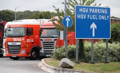 Caminhões com mercadoria pesada na área de descanso de Cobham (Reino Unido), em 31 de agosto.