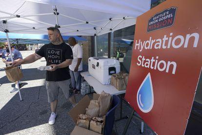 Distribuição de água e comida em um centro de hidratação na cidade norte-americana de Seattle.