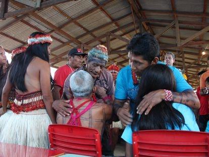 Cacique Vicente Saw, morto em primeiro de junho por covid-19, cumprimenta o então Cacique Geral do povo Munduruku, Biboi, ao lado do futuro (e atual Cacique Geral, Arnaldo), em sua aldeia em fevereiro de 2013.