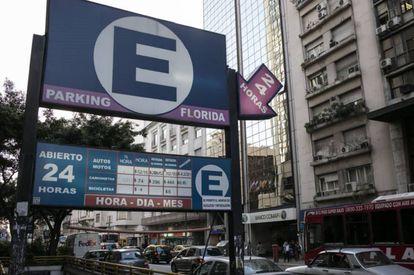 Placa de estacionamento em Buenos Aires indica 52 pesos a hora, quase 4 dólares.