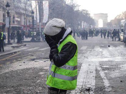 Um 'colete amarelo' durante a manifestação de 16 de março em Paris