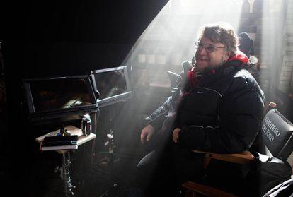 Guillermo del Toro nas filmagens de 'A Colina Escarlate'.