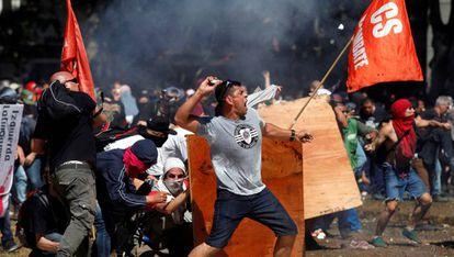 Manifestantes protestam durante a sessão do Congresso argentino, em Buenos Aires.