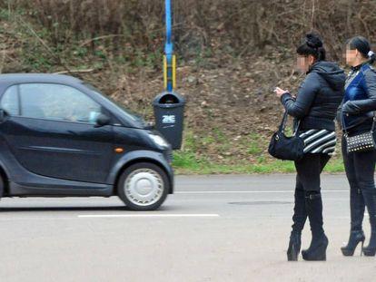 Duas prostitutas esperam possíveis clientes em Saarbrücken, Alemanha.