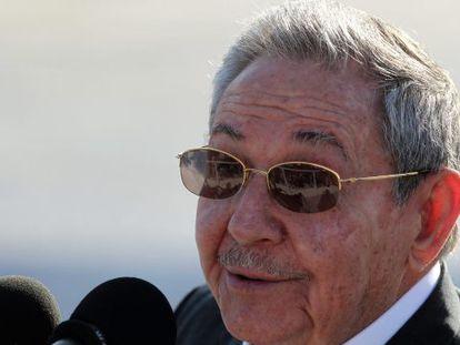 Raúl Castro fala à imprensa após se despedir de François Hollande.