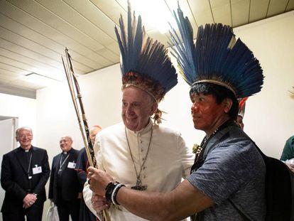 Papa Francisco se reúne com indígenas no Vaticano.
