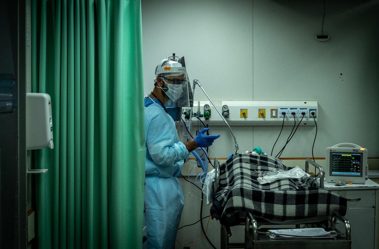 Profissional atende um paciente de covid-19 no Hospital Municipal Tide Setúbal. Unidade, que é referência na zona leste, tem 41 leitos de UTI para quem luta contra o novo coronavírus.