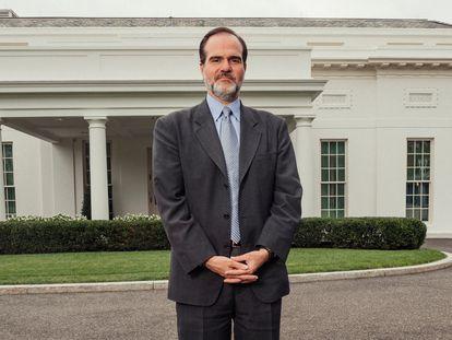 Mauricio Claver-Carone nos jardins da Casa Branca, durante entrevista ao EL PAÍS.