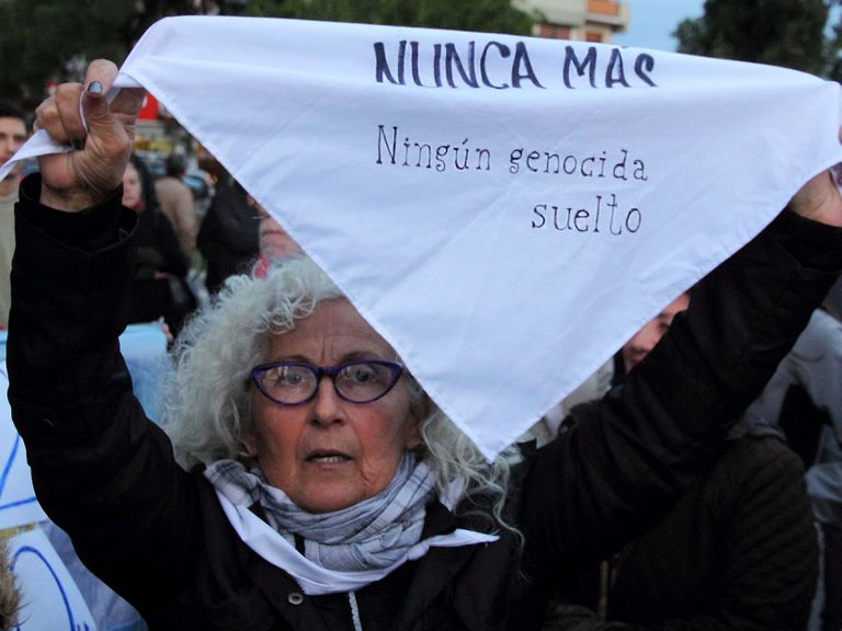 Uma mulher sustenta mensagem de repúdio à liberdade de repressores da ditadura argentina, em maio de 2017.