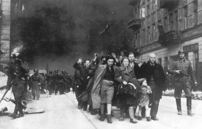 Deportação de judeus do Gueto de Varsóvia em 1943.