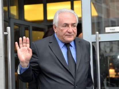 Dominique Strauss-Kahn sai de seu hotel, em Lille.