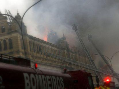O museu começou a pegar fogo por volta das 16h desta segunda-feira.