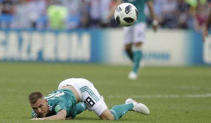 Kimmich cai durante a partida contra a Coreia do Sul.