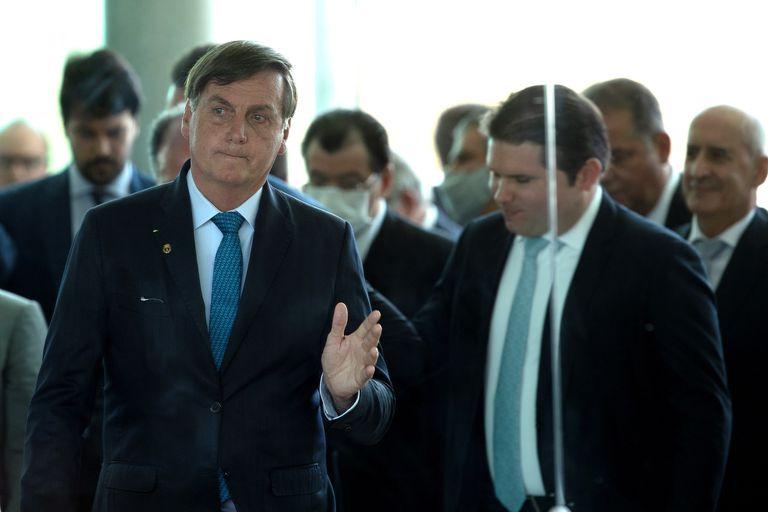 Presidente Jair Bolsonaro acompanhado por parlamentares após anúncio do novo programa social, o Renda Cidadã, em Brasília.