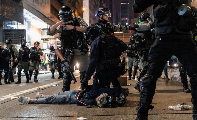 Policiais prendem um manifestante nesta quarta-feira em Hong Kong.