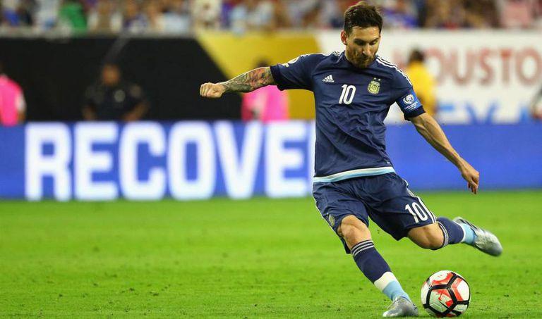 Messi fez golaço de falta.