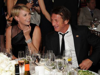 Charlize Theron e Sean Penn na gala beneficente do ator pelo Haiti, sábado.