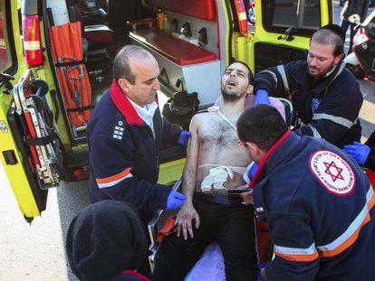 Médicos atendem a um dos feridos.