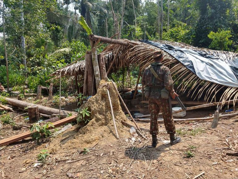 Soldado participa da operação Verde Brasil, que tenta combater queimadas, desmatamento e delitos ambientais na região da Amazônia