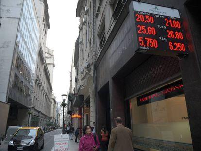 Casa de câmbio exibe a cotação do dólar na quarta-feira em Buenos Aires