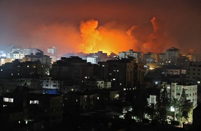 Bombardeios sobre a Faixa de Gaza na noite deste sábado, 16 de maio.