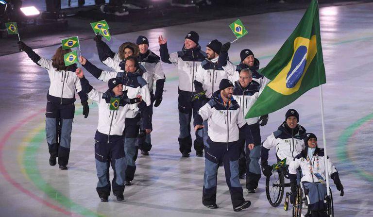 Aline Rocha foi a porta bandeira do Brasil na cerimônia de abertura.