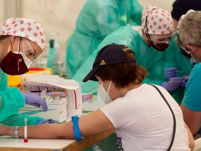 Pessoal sanitário extrai sangue de um homem em Torrejón de Ardoz perto de Madri, em maio.