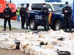GRAF7097. VIGO, 28/04/2020.- Efectivos policiales muestran las cuatro toneladas de cocaína que han sido incautadas durante una operación contra el narcotráfico que ha culminado con la detención de 28 personas y que ha permitido demantelar la organización de narcotransportistas más importante de Galicia durante una rueda de prensa en Vigo, este martes. EFE/Salvador Sas