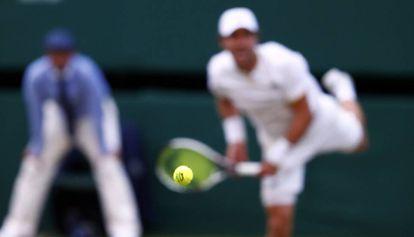 Mischa Zverev saca durante a partida contra Federer.