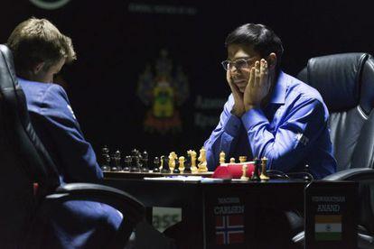Anand e Carlsen durante uma de suas partidas no Mundial.