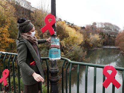 Laços vermelhos colocados em ponte de Pamplona pela Associação Sare, que dá apoio a pessoas infectadas, e pela Comissão Anti-AIDS de Navarra por ocasião do Dia Mundial de Combate à AIDS.