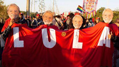 Integrantes do MST, com máscaras de Lula, marcham em apoio da candidatura do ex-presidente.