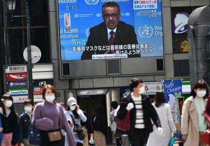 Coletiva do diretor-geral da OMS, Tedros Adhanom Ghebreyesus, numa tela gigante em Osaka (Japão), em março de 2020.