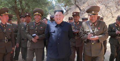 O líder norte-coreano, Kim Jong-un, cercado de militares.