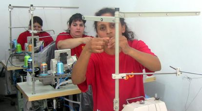 Internas da prisão de Montevidéu participam de curso de costura.