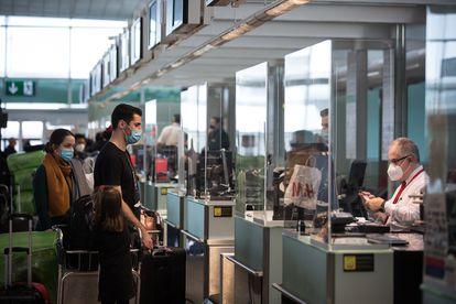 Viajantes em uma triagem no terminal 1 do aeroporto de Barcelona em dezembro de 2020.