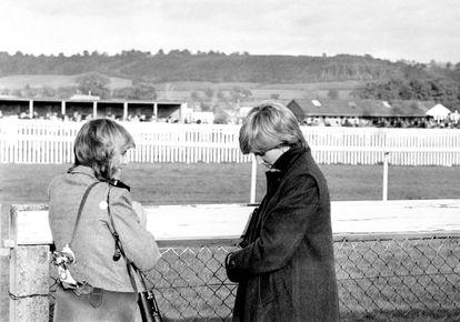 Camilla Parker Bowles (à esquerda) e Diana Spencer, em uma corrida de cavalos antes do casamento desta com Charles.