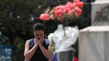 Mulher chora na terça-feira diante do Museu Nacional.